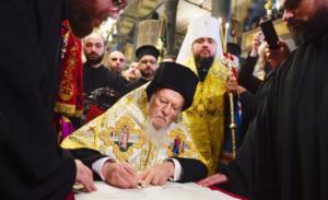 Вселенський патріарх Варфоломій підписує томос про надання Православній церкві України автокефалії