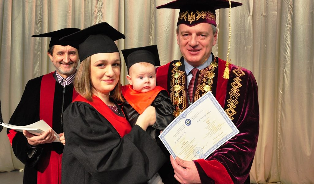 Близько двох тисяч випускників ПНУ отримали дипломи магістра