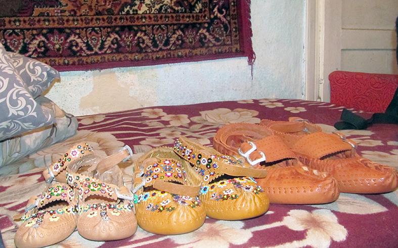 Косівчанин Тарас Дзвінчук шиє автентичне гуцульське взуття