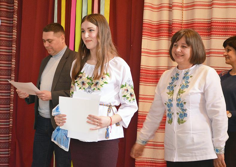 Учениця Івано-Франківського академічного ліцею-інтернату Юлія Овчарик отримує заслужену нагороду