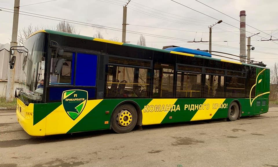 «Електроавтотранс» розфарбував тролейбус у кольори МФК «Прикарпаття» (фотофакт)