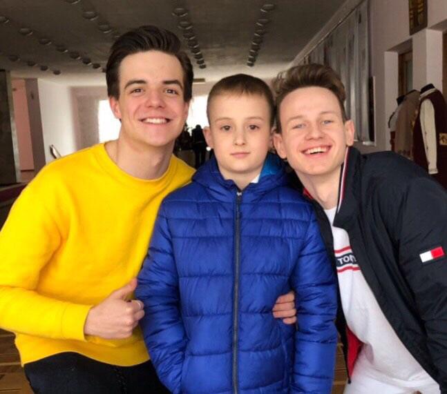 Б. Осадчук (ліворуч) та О. Виговський (праворуч) із глядачем «Школи» Максимом