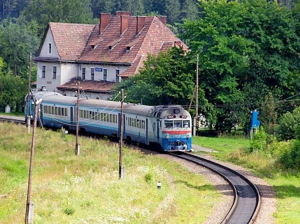 Через ремонт колії на Прикарпатті зміниться графік курсування приміських поїздів