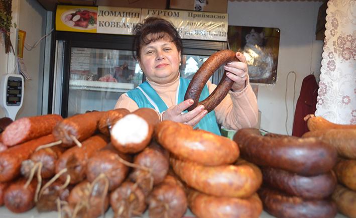 Продавець кіоску м`ясних виробів Марія Ткачук задоволена торгом