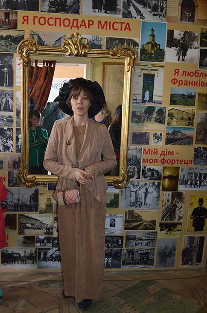 Марія Козакевич проводить екскурсію в Музеї міста
