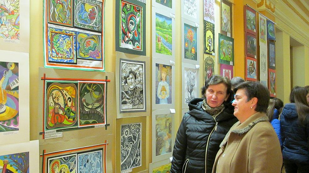 Під час перегляду виставки – викладачі Брошнів-Осадської ДШМ Наталія Тужеляк і Тетяна Паньків