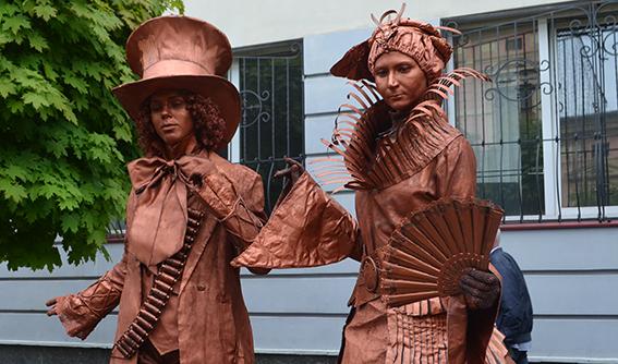 """Уперше в місто завітали """"живі скульптури"""""""