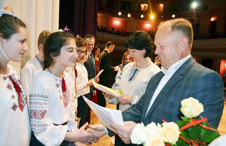 Перший проректор ІФНТУНГ Олег Мандрик вручає нагороди