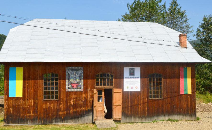 Реконструйований 100-річний млин у Ясені