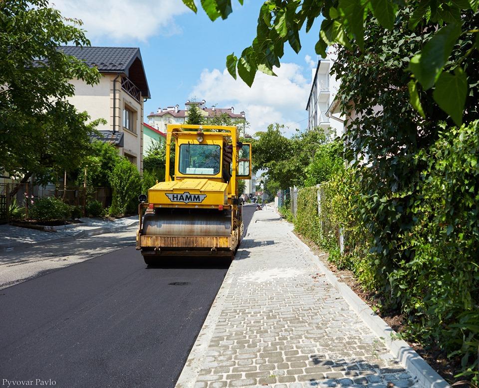 В Івано-Франківську ремонтують вулицю Індустріальну (фотофакт)