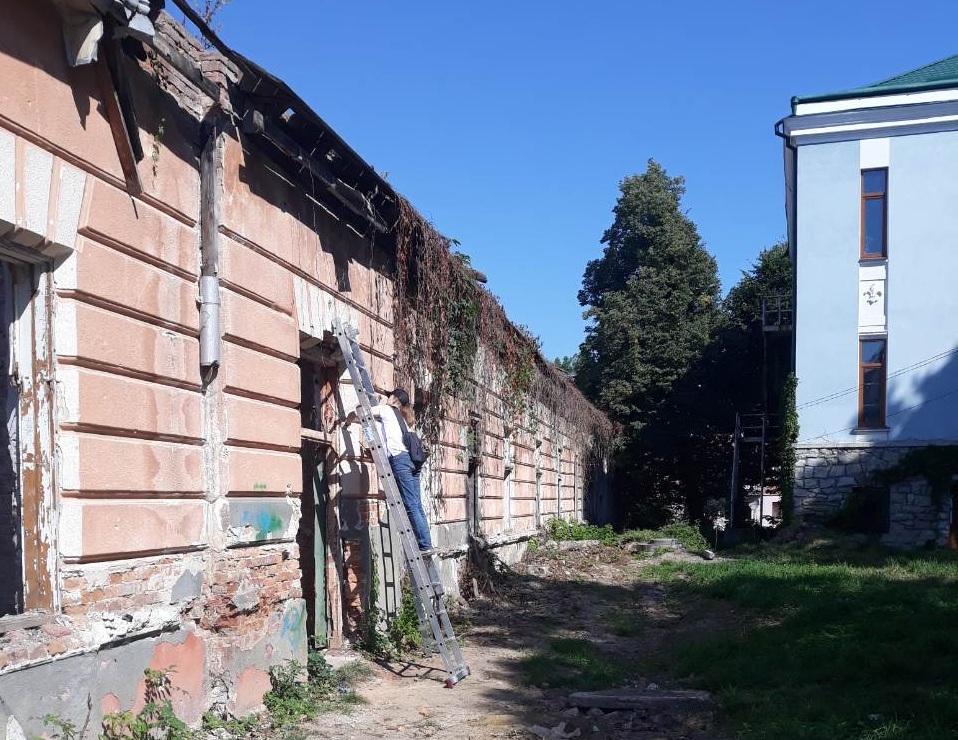 У Калуші розпочали відновлювати міську ратушу (фотофакт)