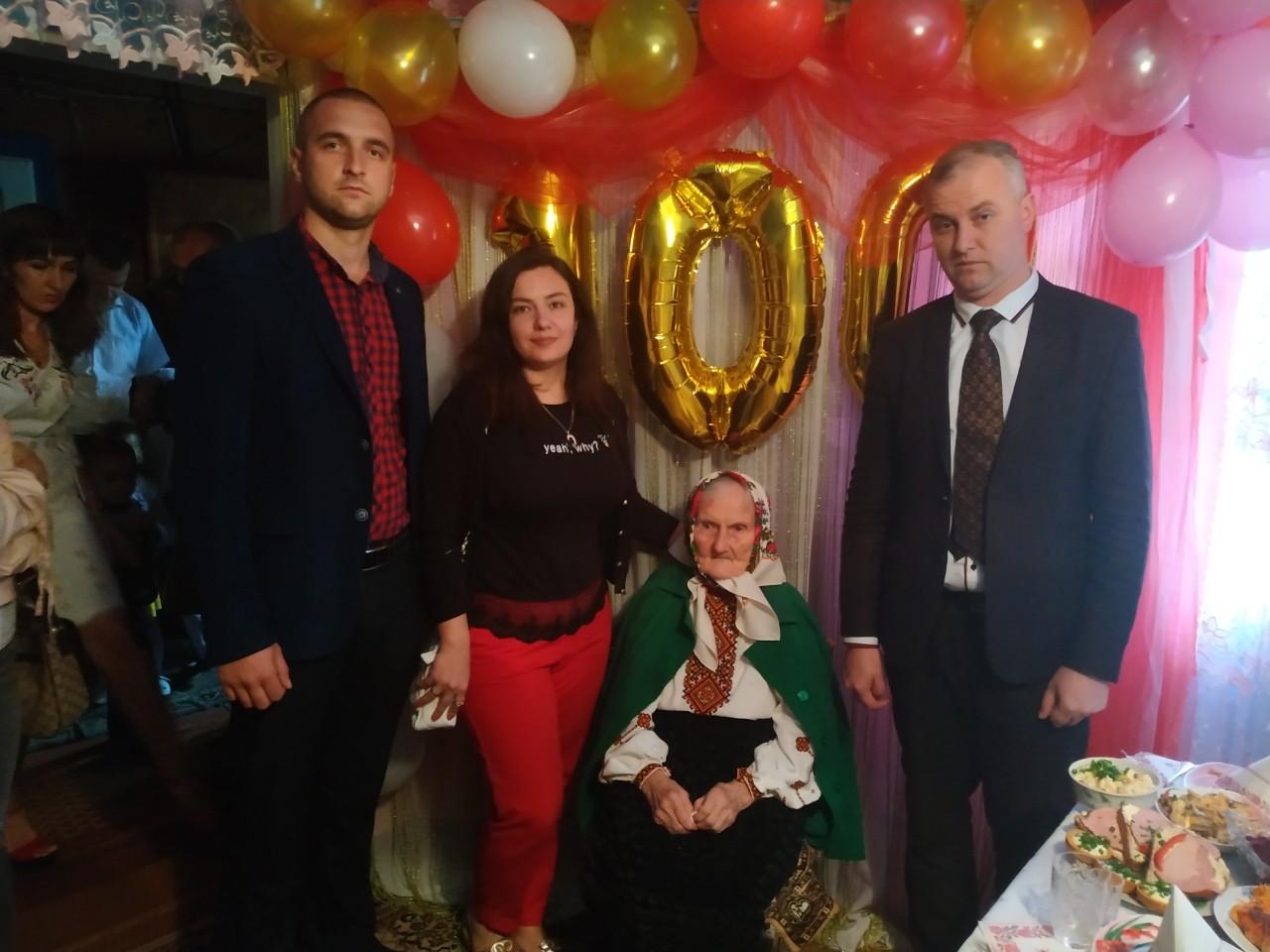 На Косівщині привітали 100-річну ювілярку (фоторепортаж)