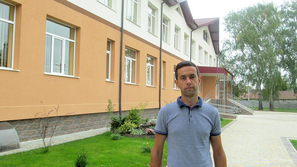 Сільський голова Хриплина Роман Соколик біля новозбудованої школи в селі