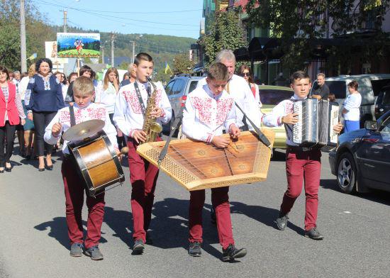 Фестивальні колони з музикою й піснями пройшли центральною вулицею селища
