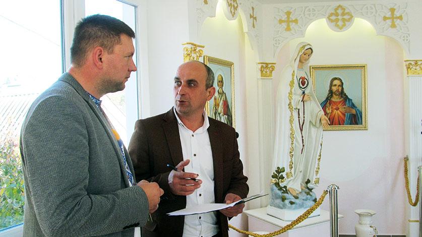Директор школи Володимир Пронюк і художник Володимир Березний під час шкільного свята.
