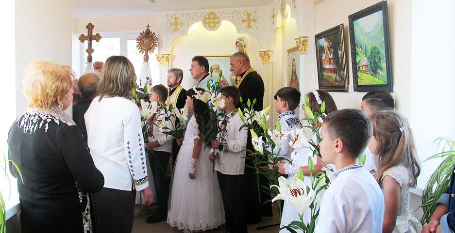 Наймолодші учасники свята вітають Богородицю.