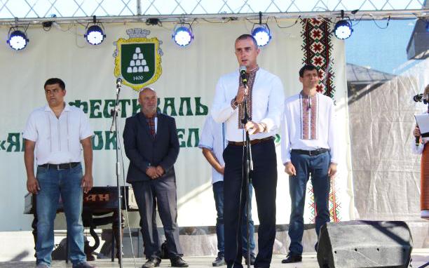 Голова Делятинської ОТГ Б. Клим'юк і голова обласної ради О. Сич (праворуч) привітали учасників та гостей свята