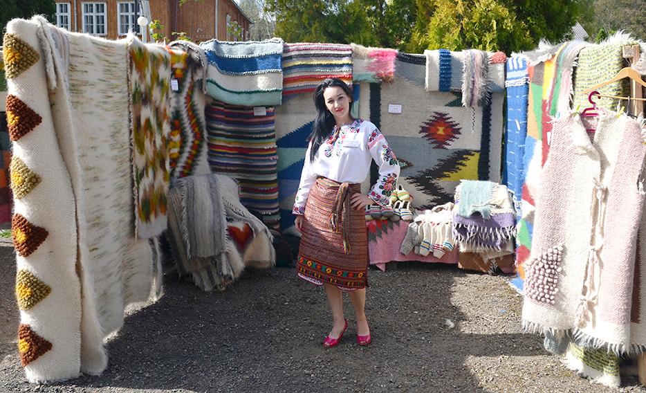Яворівська ліжникарка Богдана Шрайбер демонструє свій творчий доробок