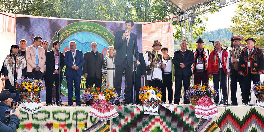 Учасників та гостей фестивалю вітає голова обласної ради Олександр Сич