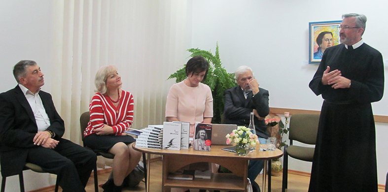 Під час презентації у Долинській ЦРБ виступає о. Дам'ян Кастран