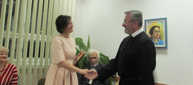 о. Дам'ян Кастран вітає Галину Лицур-Щадей з виходом першої книжки