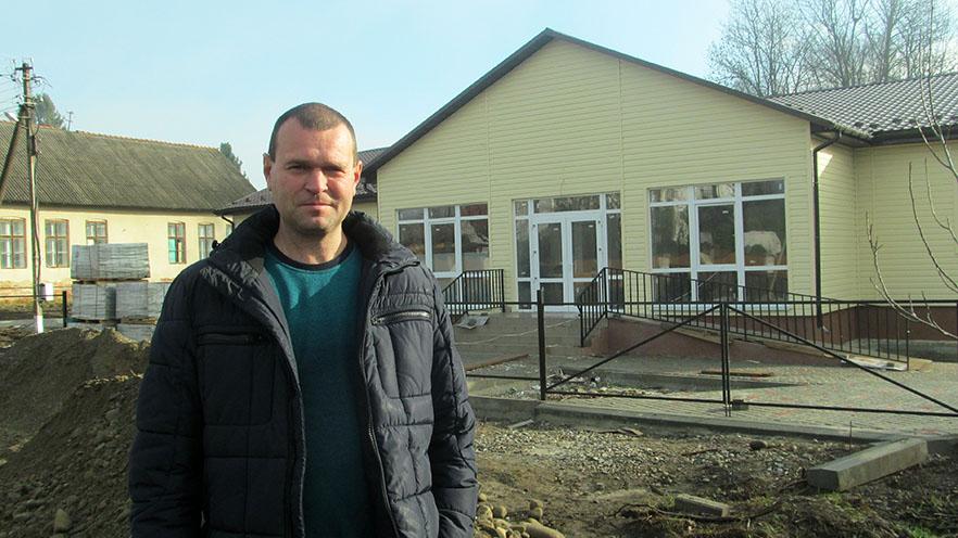 Василь Гаврилюк – голова Корницької сільської ради біля майбутньої нової амбулаторії.