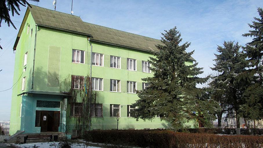 Адмінбудинок у селищі Войнилові.