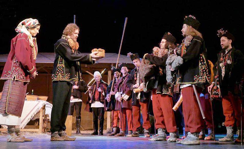 Об'єднавча давня коляда на сцені Івано-Франківського драмтеатру.