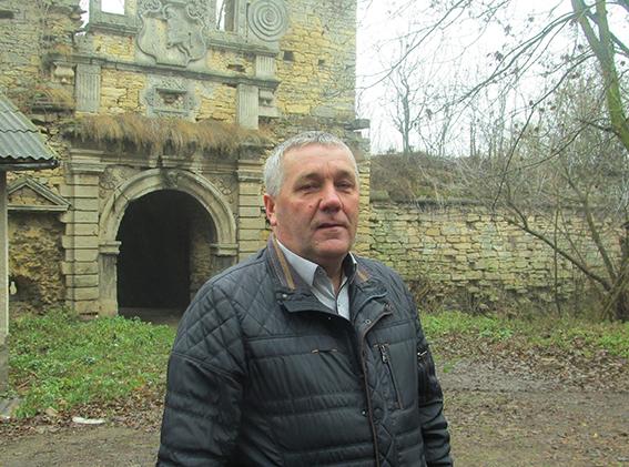 Голова Чернелицької селищної ради Василь Кошка біля руїн давнього замку