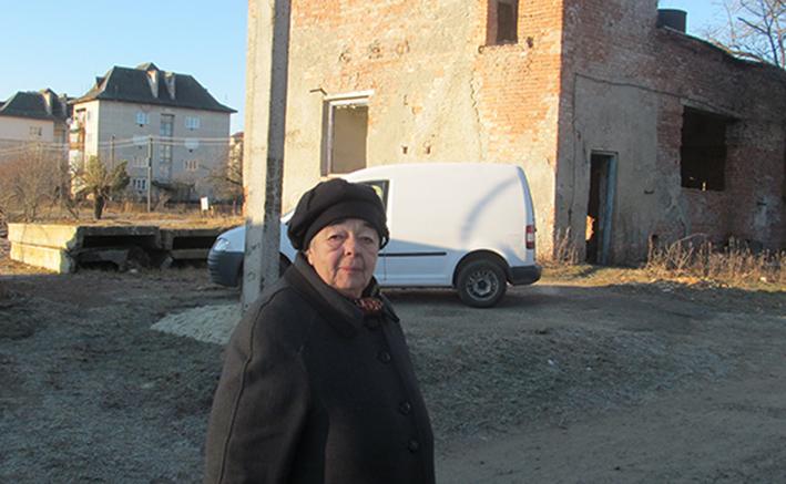 Жителька Рожнятова Я. Романяк біля старої котельні, перспектива якої не дає спокою жителям вулиці Набережної