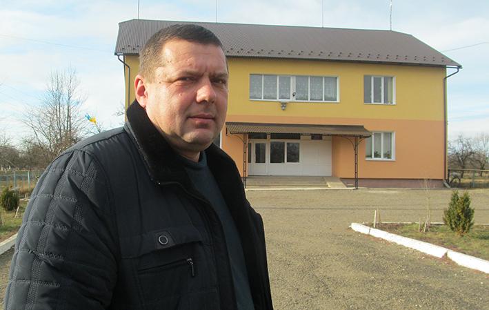 Голова П'ядиківської сільської ради ОТГ Петро Гайдейчук біля школи у с. Годи-Добровідці