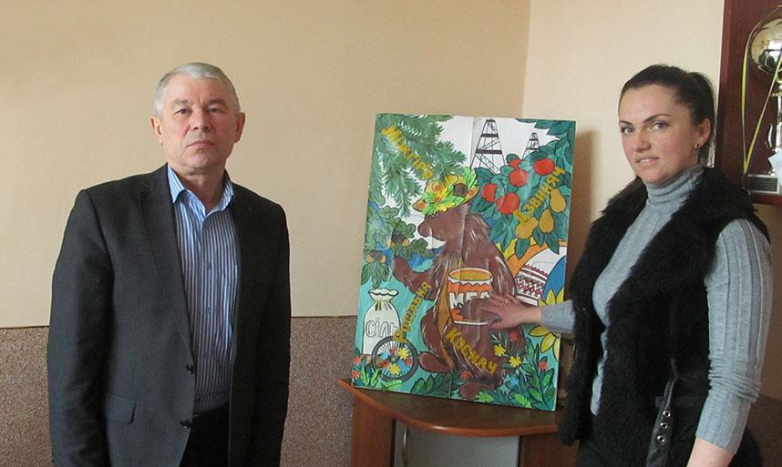 Микола Волочій та Богдана Безпалько під час представлення ідеї одного з традиційних заходів ОТГ.