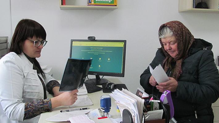 Завідувачка амбулаторії у П'ядиках Ірина Бойчук під час прийому пацієнтів.