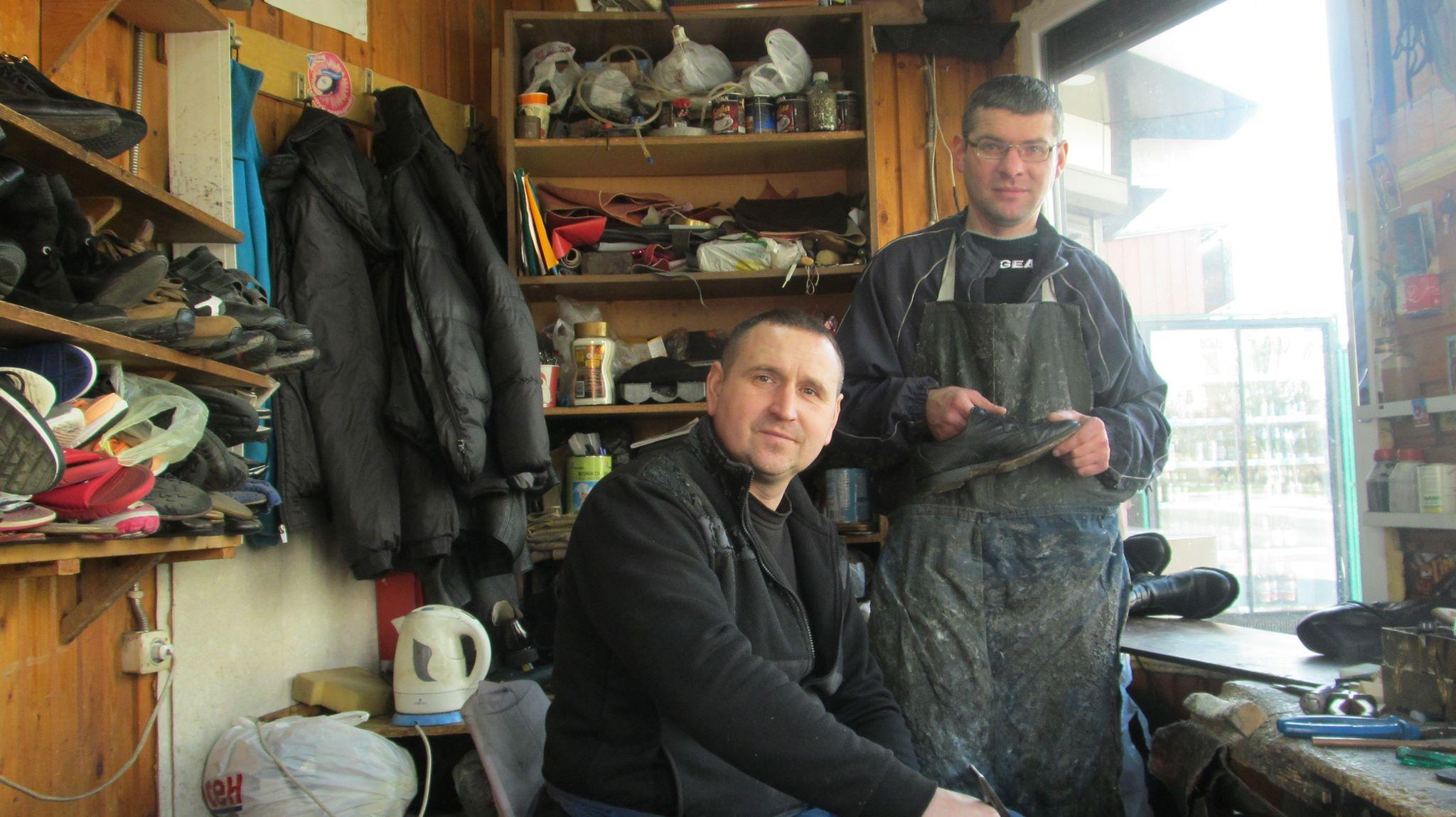 Майстри Ігор Федик (ліворуч) та Ігор Дутчак у ремісничій майстерні.