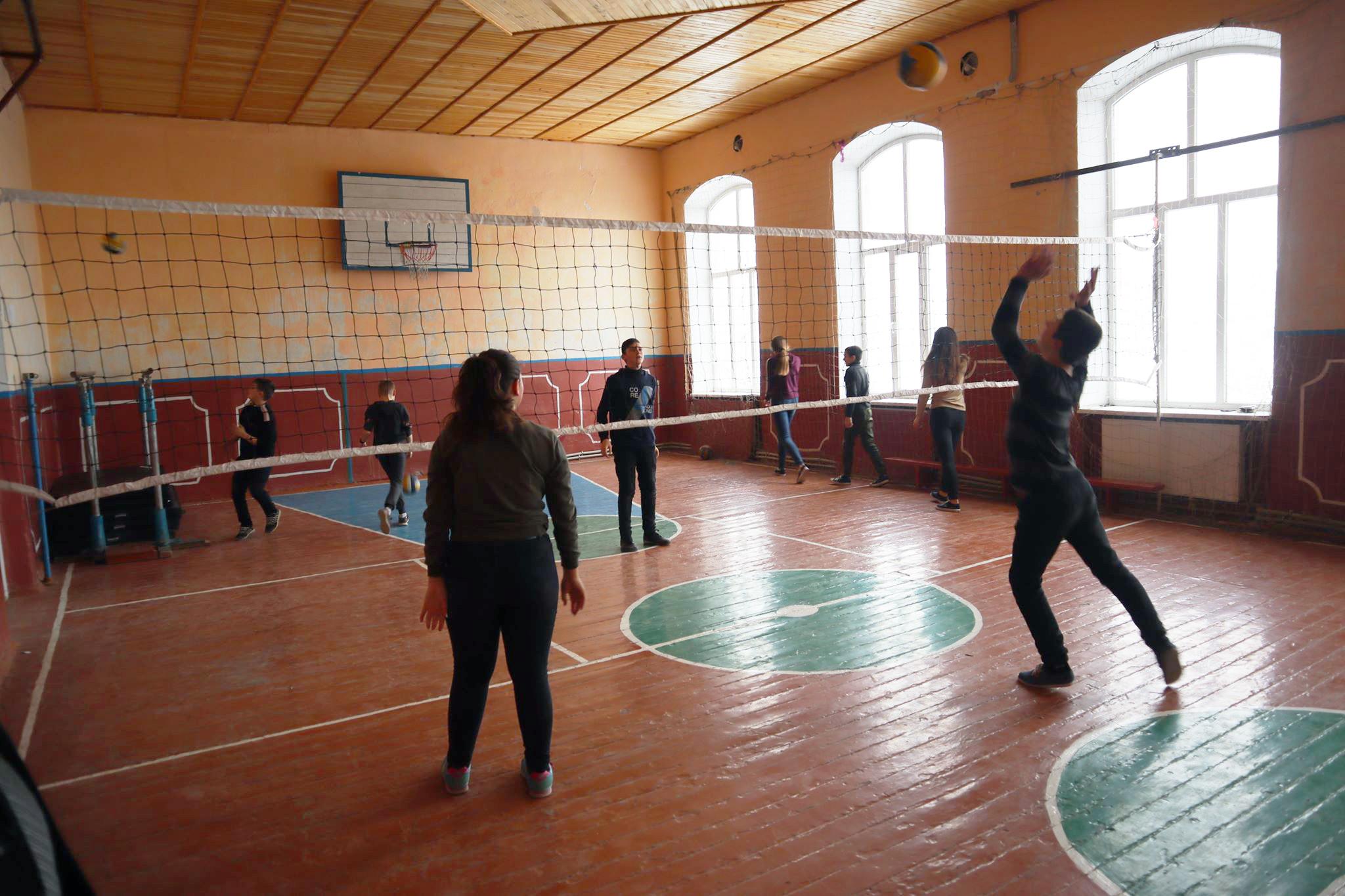 Волейбол у пристосованому приміщенні актової зали.