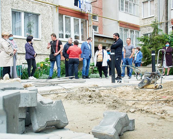 Міський голова Р.  Марцінків і депутат С. Магасінспектують двір на вул. Хоткевича, 67-а.