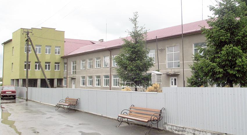 Розбудовується сільська школа.