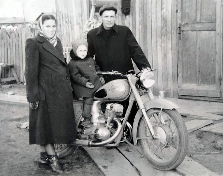 Ольга Княгиницька та Іван Ліщук з донькою Лідою на спецпоселенні. 1958 р.