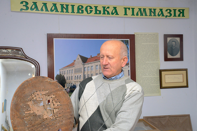 Мирон Мельник – засновник і завідувач Історичного музею с. Заланова – демонструє унікальну деталь «стільця зневаги» до московських сатрапів.
