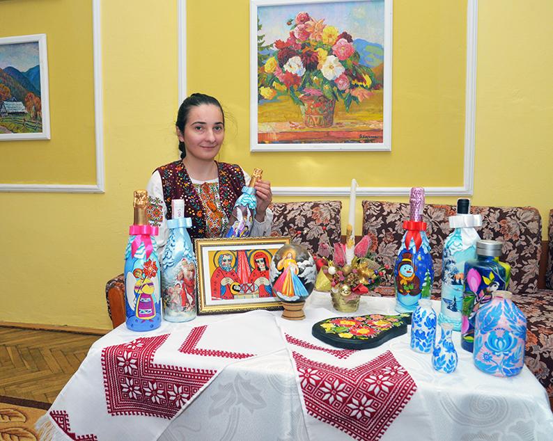 Юлія Візнович зі своїми роботами.