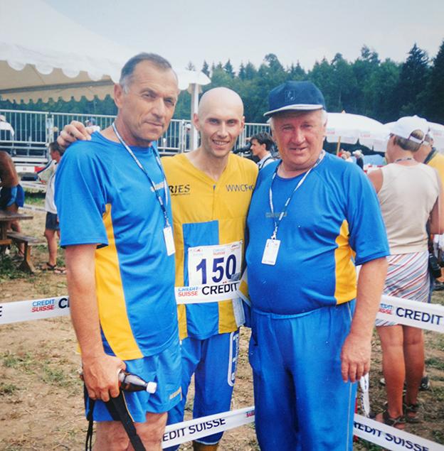 Омелян Куцук (праворуч) з першим українським чемпіоном світу зі спортивного орієнтування Юрієм Омельченком та його тренером Денисом Тищуком.