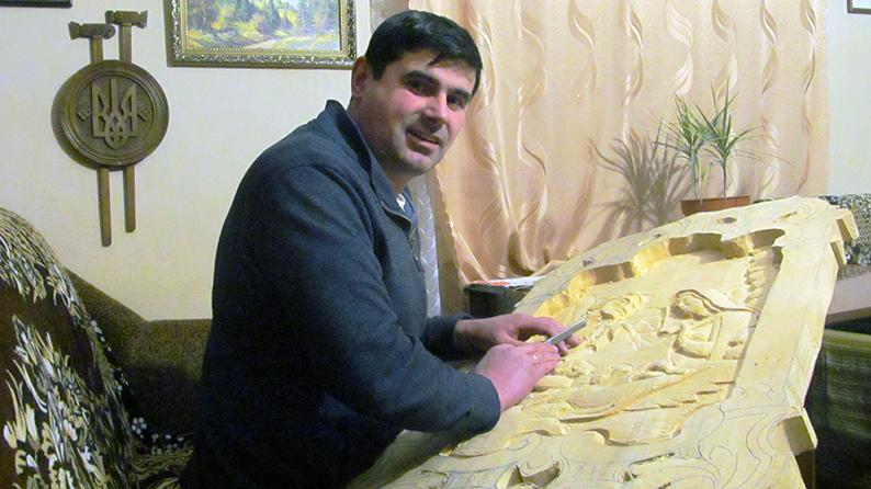 Різьбяр Петро Скрипка працює над образом Святого Сімейства.