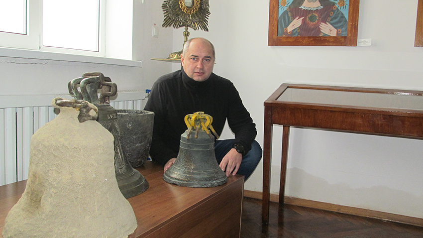 Віктор Павлів біля експозиції дзвонів у Краєзнавчому музеї Калущини Музейно-виставкового центру Калуської міської ради.