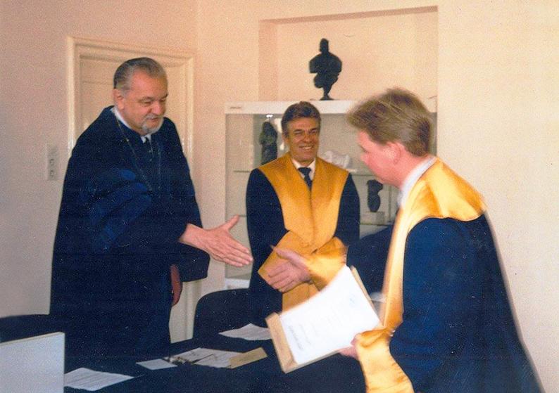 Ректор УВУ, професор Леонід Рудницький вітає вихованця університету Івана Монолатія (тепер кандидат історичних наук, доктор політології, профессор) після захисту докторської дисертації в Українському вільному університеті в липні 2001 р.