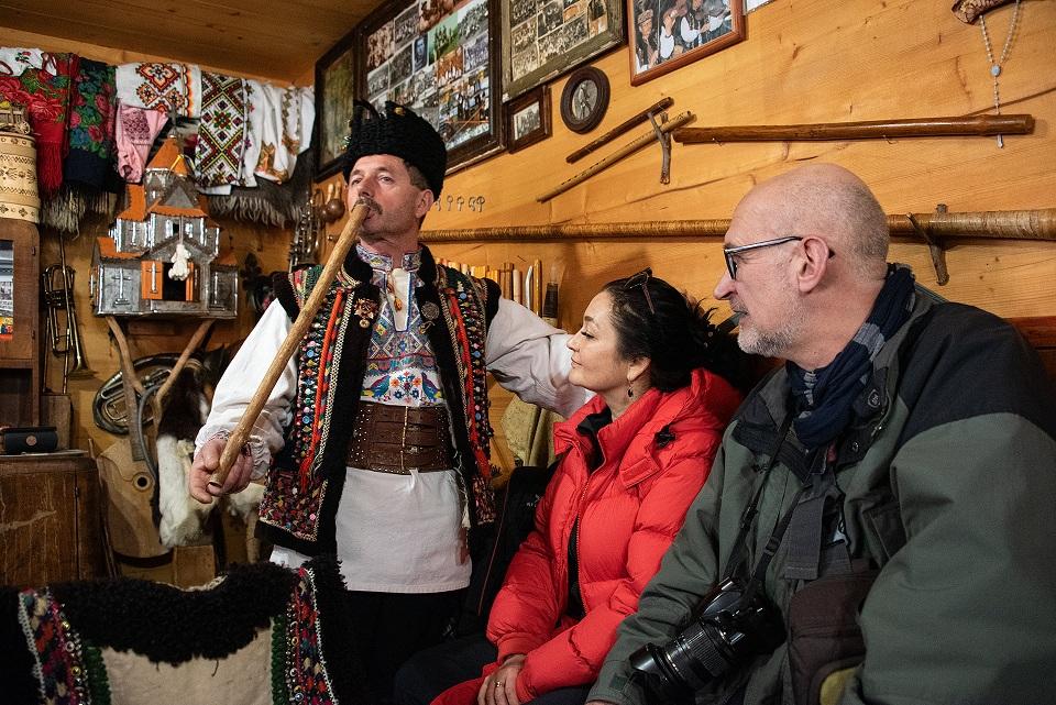 Микола Ілюк демонструє гуцульські музичні інструменти  © Фото. Олена Долженко
