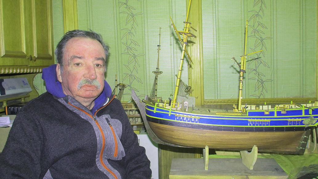 Майстер Петро Томик у своїй кімнаті-майстерні з венеційським парусником «Сан Джованні Батіста».