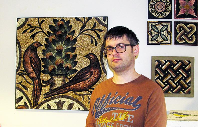 Олег Дунаєвський у своїй студії мозаїки в Івано-Франківську.