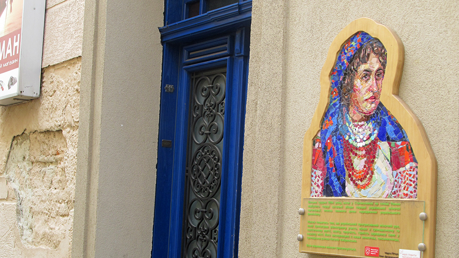 Мозаїчний портрет Наталії Кобринської на стіні будинку на вулиці Івана Труша в Івано-Франківську.