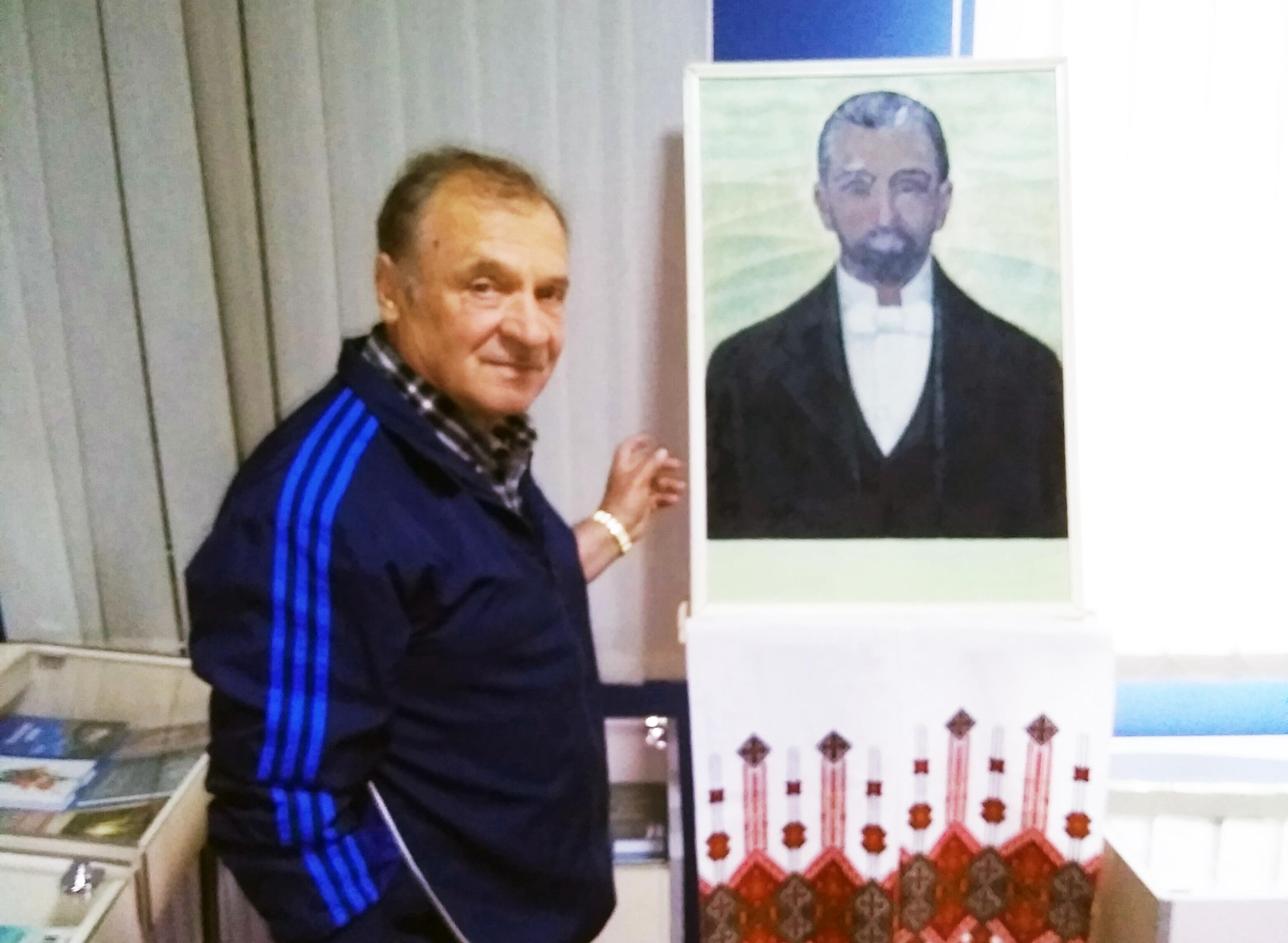 Завідувач Літературного музею В. Смирнов біля Стефаникового портрета роботи М. Фіголя.