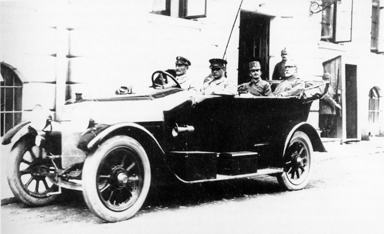 Проголошення державності Галичини почалося з Маніфесту кайзера (цісаря) Австро-Угорщини Карла I (на задньому сидінні авто праворуч) про створення Австрійської федерації.
